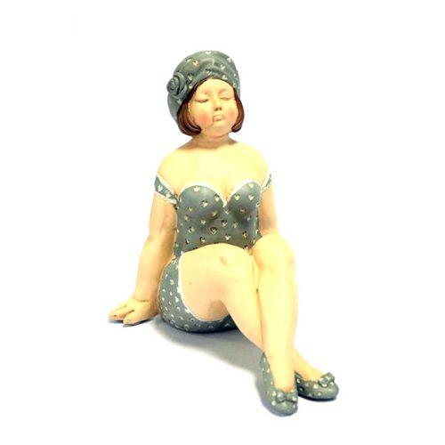 Kvinna i baddräkt. En charmig inredningsdetalj tillverkad i polyresin. Mått 21x17 cm (hxb).