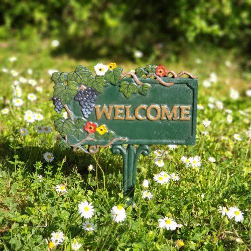 Trädgårdsskylt i bemålat gjutjärn med texten Welcome. Mått 20x26 cm (bxh).