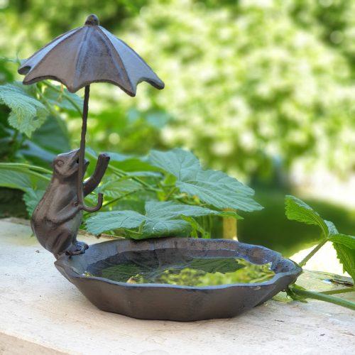 Charmigt fågelbad i gjutjärn med en groda som håller i ett paraply. Diameter fat 13,5 cm. Total höjd 15 cm.