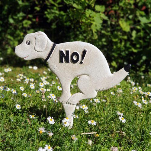 Trädgårdsskylt i bemålat gjutjärn som talar om att hundar inte får rastas där. Skylten är tung och kraftig och står emot väder och vind. Motivet finns på sidor av skylten. Mått 33x32 cm (hxl).