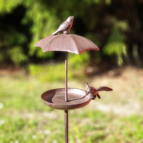 Fågelbad på pinne i gjutjärn med en dekor av fåglar. Diameter fat 12,5 cm. Total höjd 113 cm.