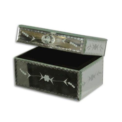 Smyckesskrin med utsida av slipat spegelglas och insida klädd med svart textil. Mått 17,5x12x11 cm (lxbxh).