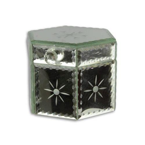 Sexkantigt smyckesskrin med utsida av slipat spegelglas och insida klädd med svart textil. Mått 12x12x10,5 cm (lxbxh).