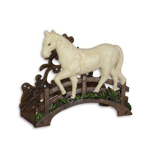 Hållare för vattenslang i bemålat gjutjärn med dekor av häst. Mått 25x22x11 cm (lxhxd).