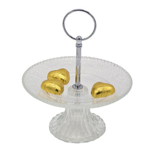 Pralinfat på fot, tillverkat i klarglas med handtag i metall. Diameter 15 cm, höjd 19 cm (inklusive handtaget).