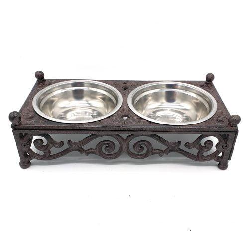 Vacker matskål i gjutjärn till ditt husdjur med skålar i rostfritt stål. Mått 30x15x9 cm (lxbxh).