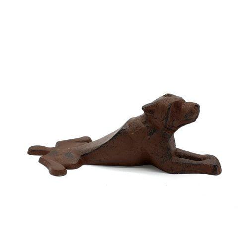 Dörrstopp i gjutjärn i form av en liggande hund. Mått 18x8x6,5 cm (lxbxh).