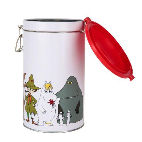 Mumin rund kaffeburk i plåt med motiv av muminfigurer. Burken har ett tätslutande gångjärnslock av plast. Handdisk rekommenderas. Diameter 11 cm, höjd 20 cm.