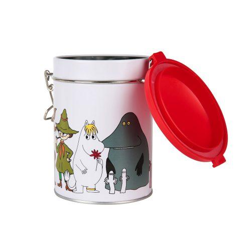 Mumin rund teburk i plåt med motiv av muminfigurer. Burken har ett tätslutande gångjärnslock av plast. Handdisk rekommenderas. Diameter 8,5 cm, höjd 13 cm.