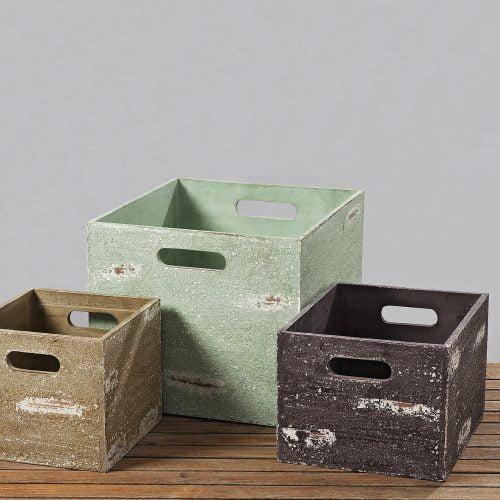 Förvaringslåda i trä med praktiskt handtag. Lådan är målad med effektfull patina. Välj mellan tre storlekar. Mått 40x35x30 cm, 30x25x20 cm och 24x22x20 cm (lxbxh).