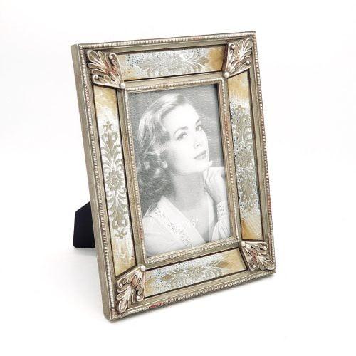 Vacker fotoram med ram av spegelglas med dekor. Mått 23×18 cm (hxb), mått bildyta 14,5×9 cm (hxb).