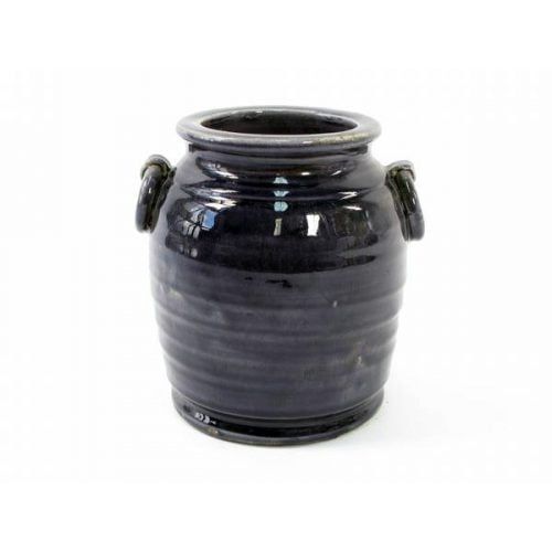 Keramikkruka med hänklar i en vacker mörklila färg. Superfin t ex i köket för att förvara köksredskap i. Mått 21x19x21 cm (lxbxh).