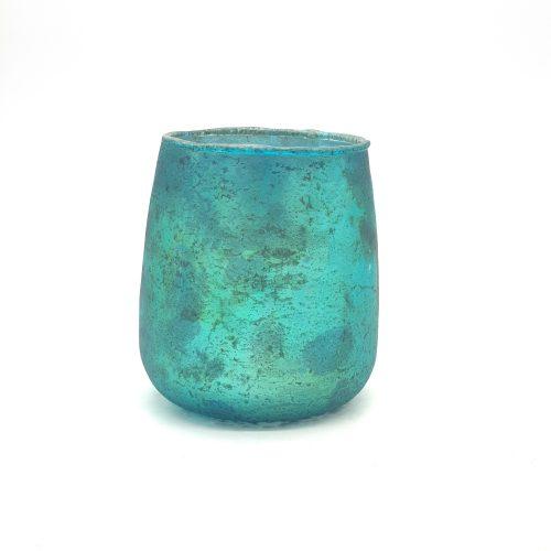 Vacker ljuslykta i turkosfärgat glas, avsedd för värmeljus. Utsidan har en matt turkosmetallic färg och insidan är silverfärgad vilket ger ett mysigt sken. Diameter 10 cm, höjd 11 cm.