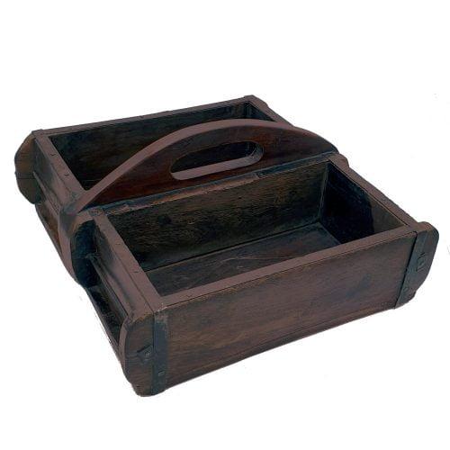 Trälåda i återvunnet trä med metalldetaljer, användes ursprungligen för att gjuta tegelstenar. Fin som förvaringslåda i t ex hemmakontoret eller köket.