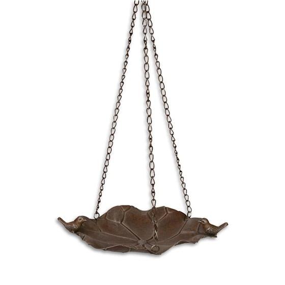 Lövformat fågelbad i metall för upphängning i kedja. Mått fat 36x31 cm (lxb).