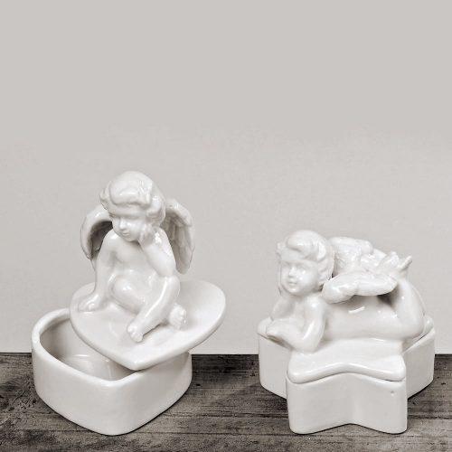 Ask i vitt porslin med dekor av ängel. Välj mellan hjärtformad ask (8,5x8,5x12,5 cm) och stjärnformad ask (9x9x10 cm).