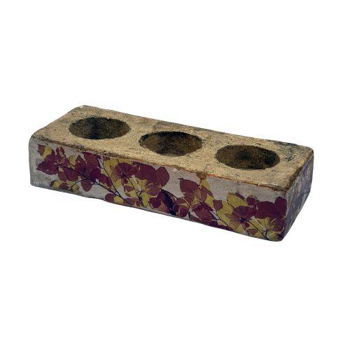 Hållare för värmeljus med dekor av vackra höstlöv. Tillverkad i betong och har måtten 20x8x4 cm (lxbxh).