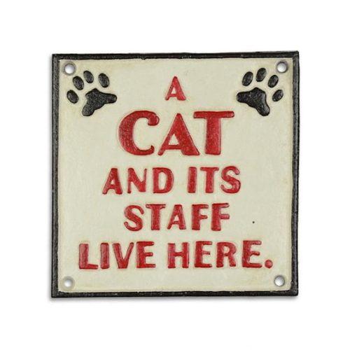 Skylt i bemålat gjutjärn med texten A cat and its staff lives here. Mått 19x19 cm (hxb).